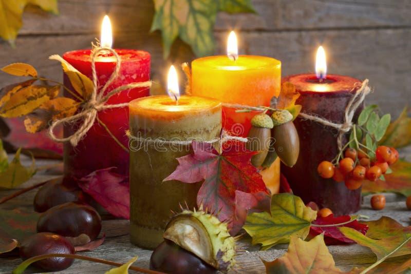 De herfstkaarsen met bladeren uitstekend abstract stilleven stock afbeelding