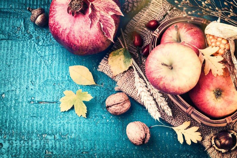 De herfstkader met granaatappel, appel en dalingsbladeren Daling backg royalty-vrije stock afbeeldingen