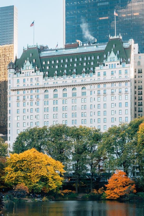 De herfstkleur langs de Vijver en het Pleinhotel de Stad in van Uit het stadscentrum Manhattan, New York royalty-vrije stock fotografie