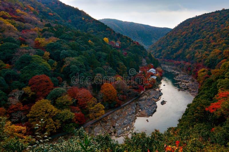 De herfstkleuren langs Katsura River op het Arashiyama-gebied van Kyoto, Japan vlak na zonsondergang royalty-vrije stock afbeeldingen