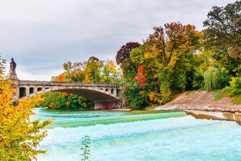 De herfstlandschap door Isar rivier in München stock afbeeldingen