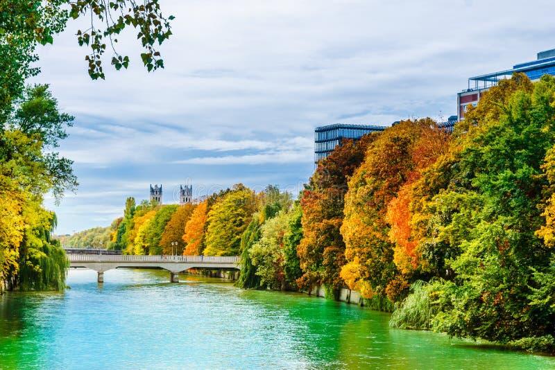 De herfstlandschap en Isar rivier in München - Beieren royalty-vrije stock afbeeldingen