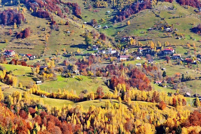 De herfstlandschap in het bergdorp stock foto's