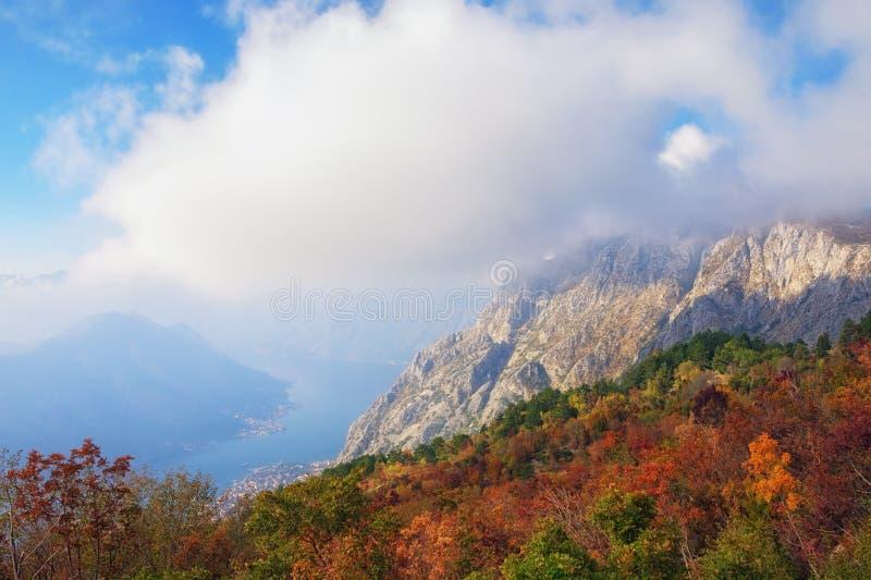 De herfstlandschap met bergen en wolk montenegro stock afbeelding