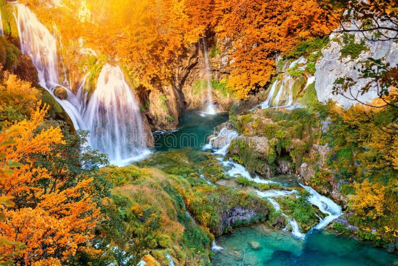 De herfstlandschap met schilderachtige watervallen stock afbeeldingen