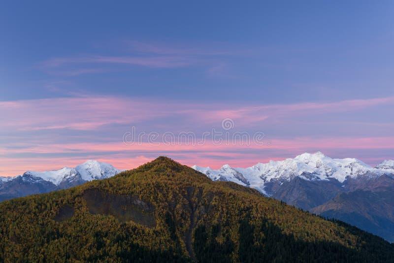 De herfstlandschap met sneeuwbergpieken stock fotografie