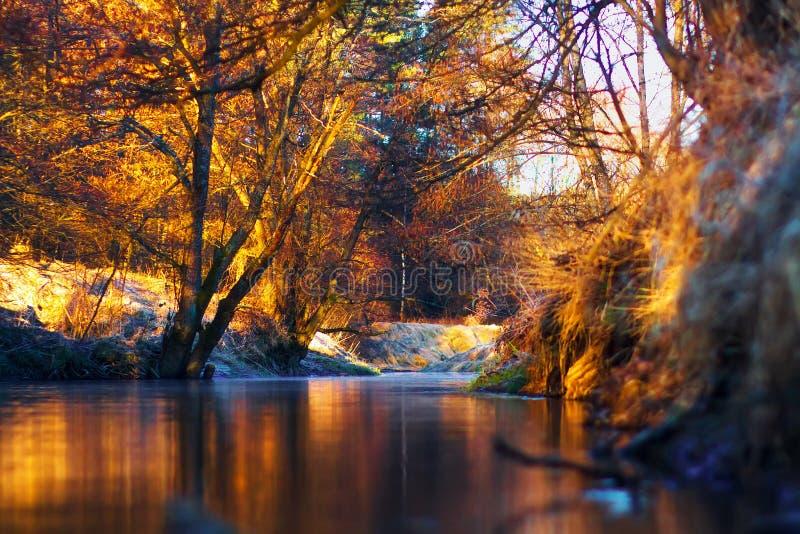 De herfstlandschap op kalme rivier royalty-vrije stock afbeeldingen