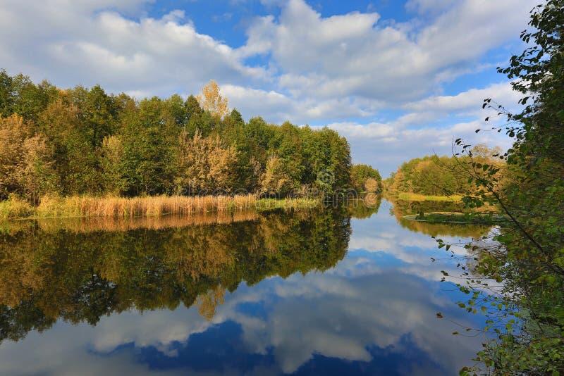 De herfstlandschap op rivier stock foto