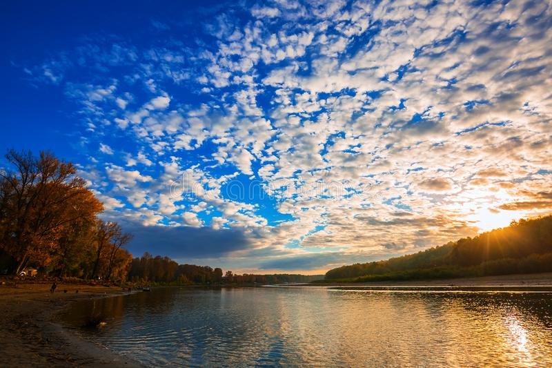 De herfstlandschap op de rivier Regi van westelijk Siberië, Novosibirsk stock afbeelding