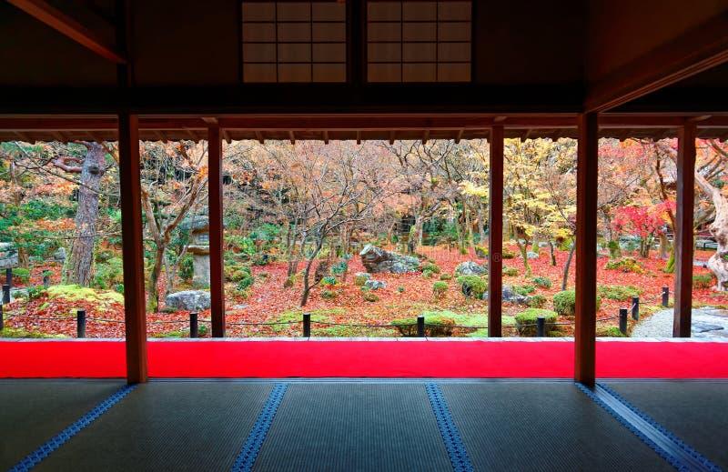 De herfstlandschap van een mooie Japanse Tuin in Kyoto Japan stock fotografie