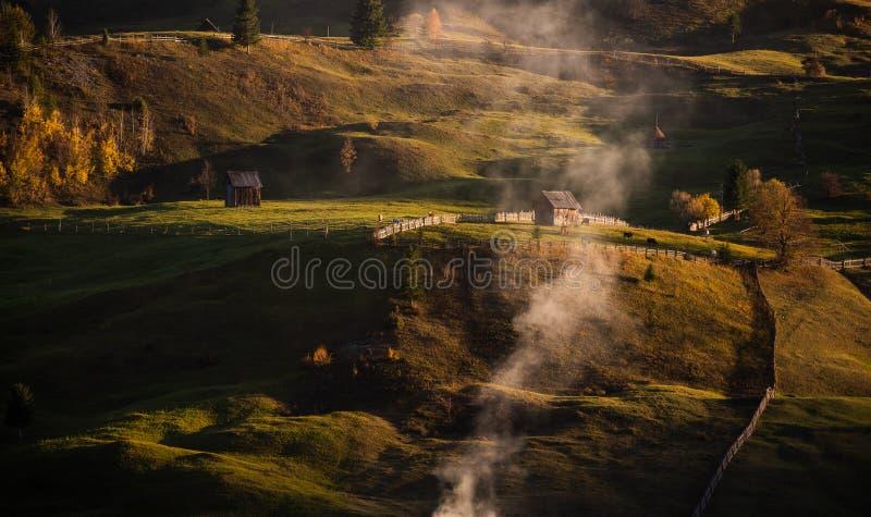 De herfstlandschap van het Bucovinadorp in Roemenië stock foto