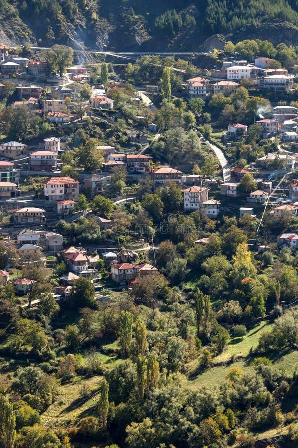 De herfstmening van dorp van Anilio dichtbij stad van Ioannina, Epirus-Gebied, Griekenland royalty-vrije stock afbeelding