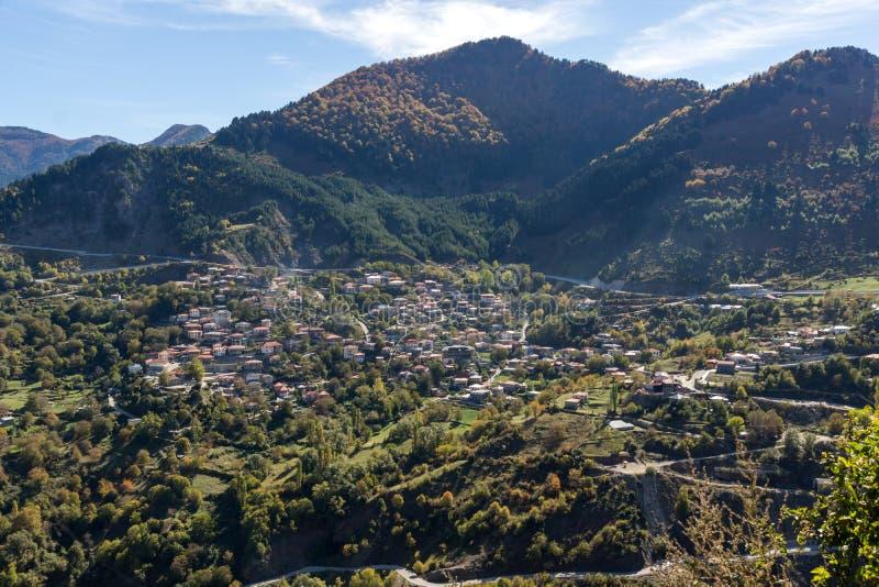 De herfstmening van dorp van Anilio dichtbij stad van Ioannina, Epirus-Gebied, Griekenland stock afbeelding