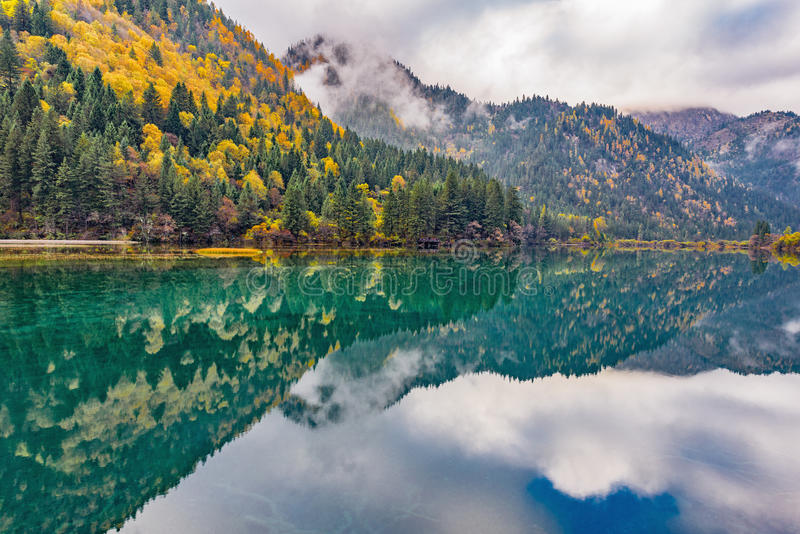 De herfstmening van het meer Jiuzhaigounatuurreservaat China royalty-vrije stock foto