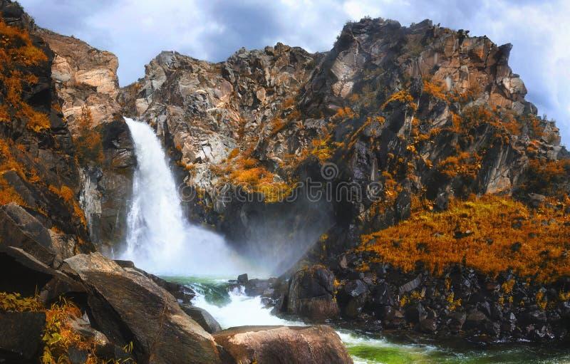 De herfstmening van Kurkure-waterval in de bergen van Altai stock afbeeldingen