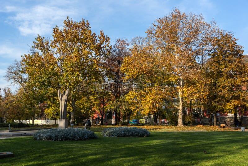 De herfstmening van Tuin St Kliment Ohridski in stad van Sofia, Bulgarije royalty-vrije stock foto
