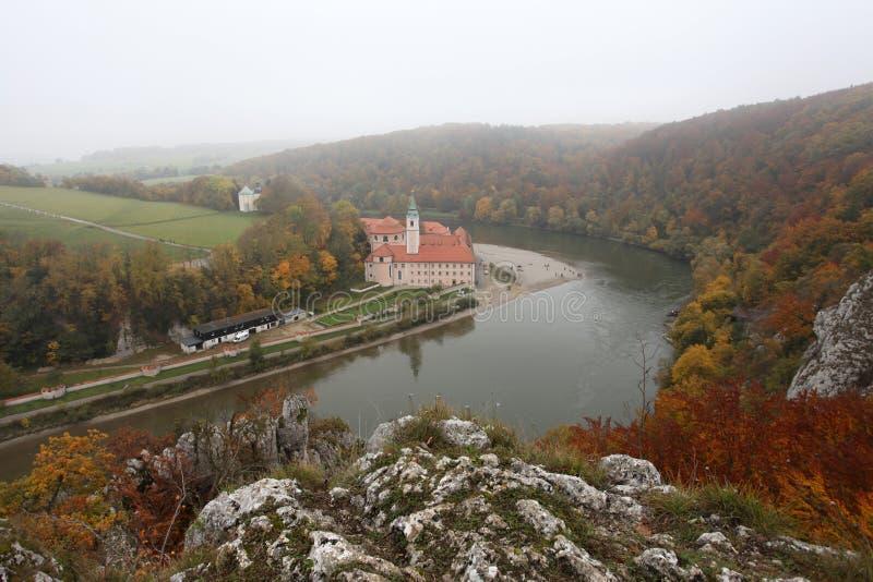 De herfstmist over de rivier van Donau royalty-vrije stock afbeelding