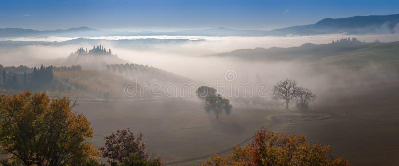 De herfstmist in vallei royalty-vrije stock fotografie