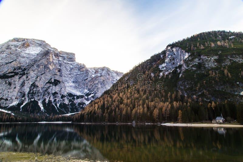 De herfstochtend in de alpen royalty-vrije stock foto