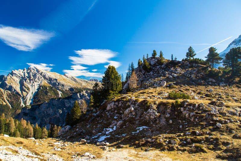 De herfstochtend in de alpen stock fotografie