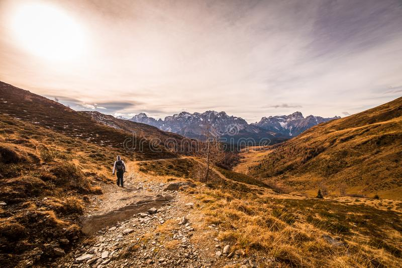 De herfstochtend in de alpen royalty-vrije stock foto's