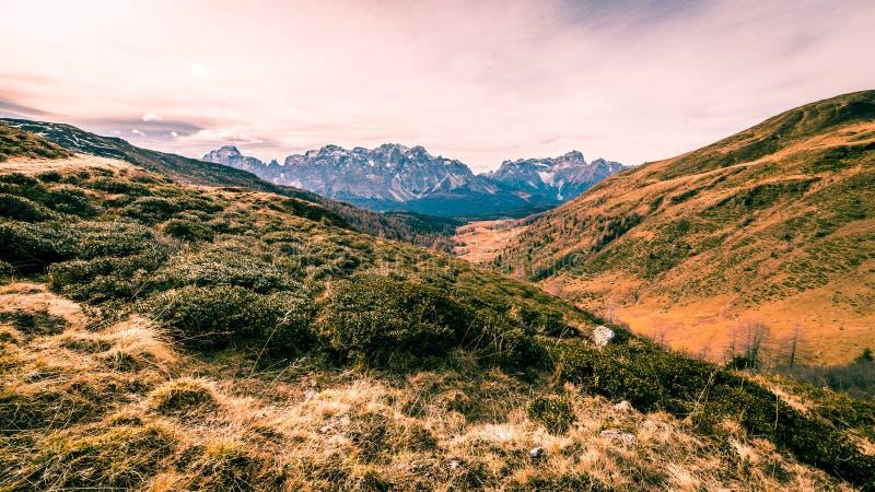 De herfstochtend in de alpen royalty-vrije stock fotografie