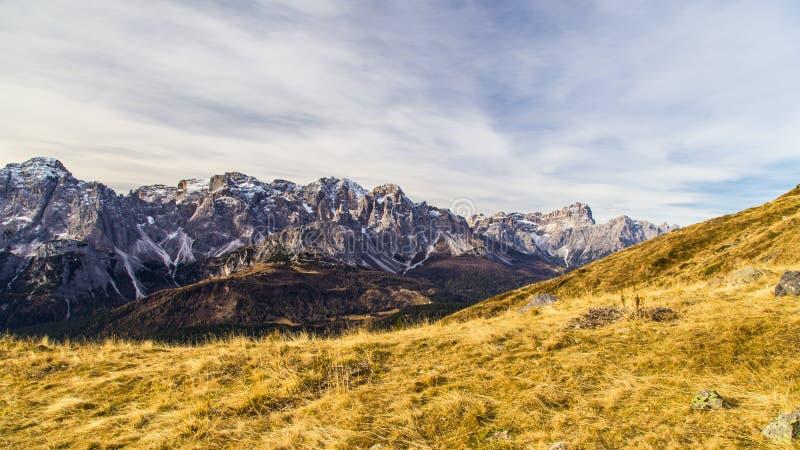 De herfstochtend in de alpen stock afbeeldingen