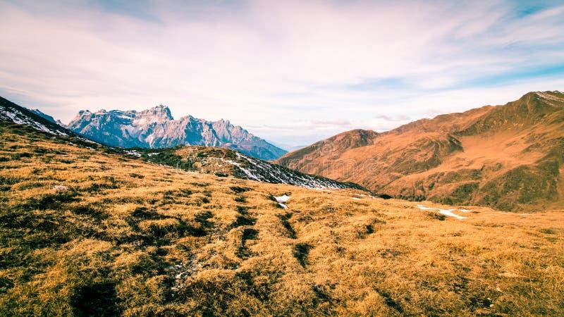 De herfstochtend in de alpen stock afbeelding