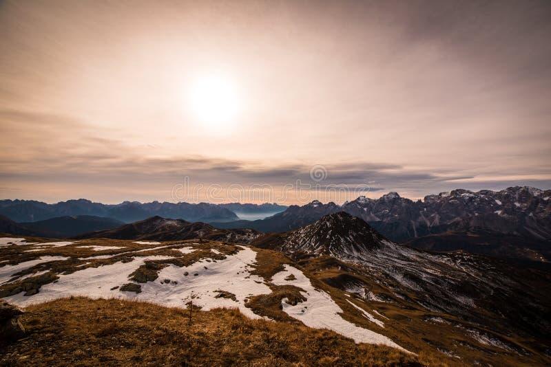 De herfstochtend in de alpen stock foto's