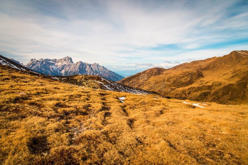 De herfstochtend in de alpen royalty-vrije stock afbeeldingen