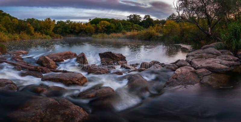 De herfstochtend op een rivier royalty-vrije stock afbeelding