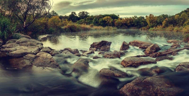 De herfstochtend op een rivier royalty-vrije stock afbeeldingen