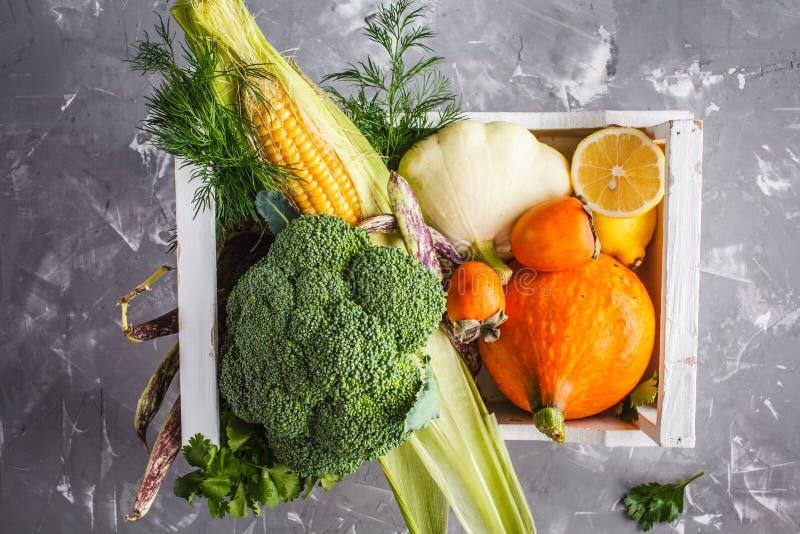 De herfstoogst in een houten doos Vruchten, groenten, gezond voedsel stock afbeeldingen