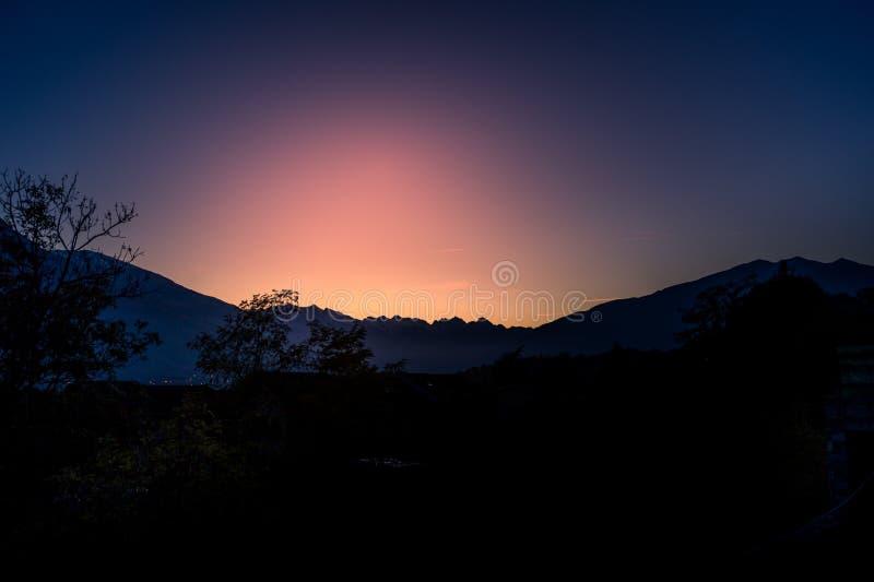 De herfstpanorama op Italiaanse berg stock foto