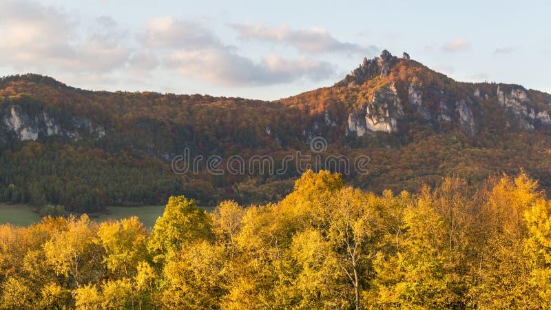 De herfstpanorama van de Sulov-rotsen en de aard, Slowakije stock foto
