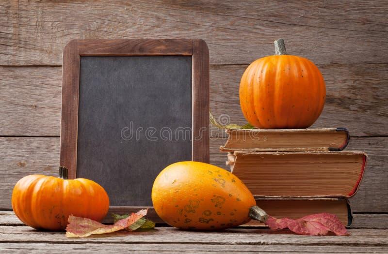 De herfstpompoenen op houten lijst stock afbeelding