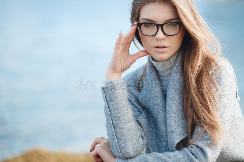 De herfstportret van een mooie vrouw op de overzeese kust royalty-vrije stock foto