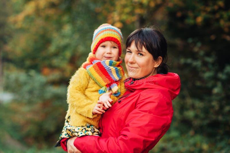 De herfstportret van gelukkige jonge moeder die weinig dochter leuk houden royalty-vrije stock foto