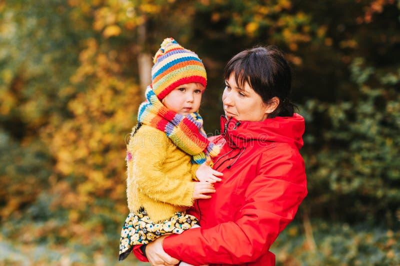 De herfstportret van gelukkige jonge moeder die weinig dochter leuk houden royalty-vrije stock foto's