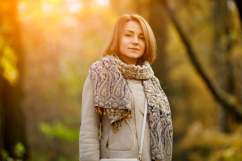 De herfstportret van Kaukasisch meisje op vage natuurlijke achtergrond royalty-vrije stock afbeelding