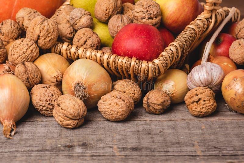 De herfstregeling die van groenten en vruchten op oude houten raad liggen Front View royalty-vrije stock foto's