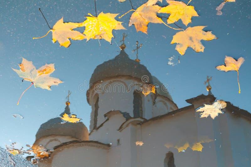 De herfstscène - bezinning in een vulklei van St Sophia kathedraal met gevallen de herfstbladeren in Veliky Novgorod, Rusland stock fotografie