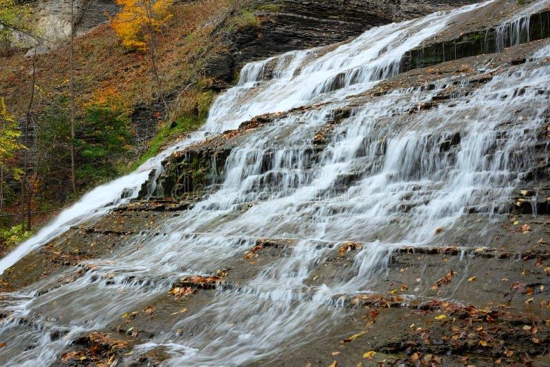 De herfstscène van watervallen stock fotografie