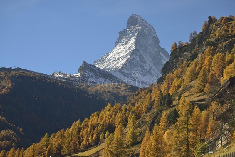 De herfstscène in Zermatt met Matterhorn-berg stock foto's