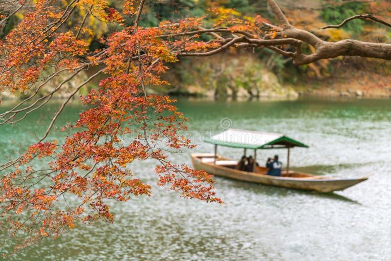 De herfstsinaasappel en rood, met boten op de achtergrond uit nadruk stock afbeelding