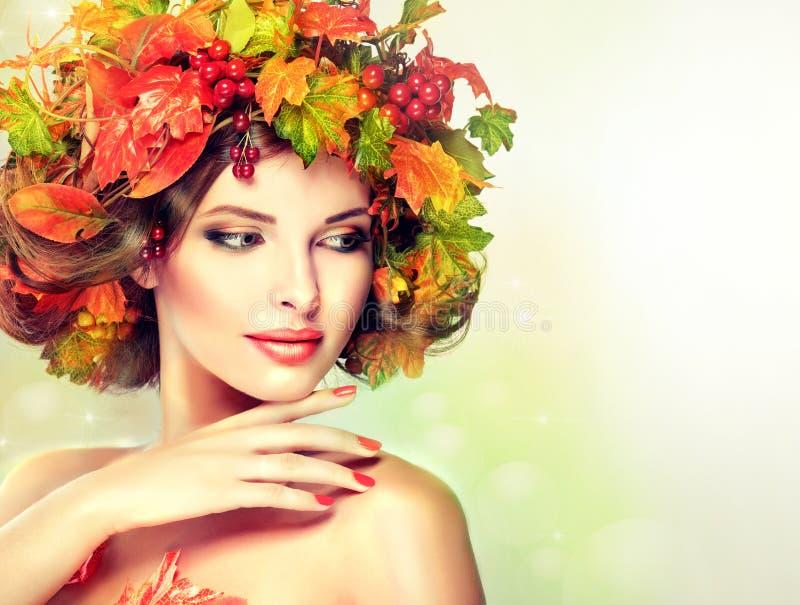 De herfststijl, heldere make-up, rode manicure en lippenstift stock afbeelding