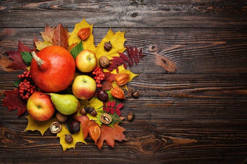 De herfststilleven, geoogste pompoenen met dalingsbladeren en autum stock afbeelding