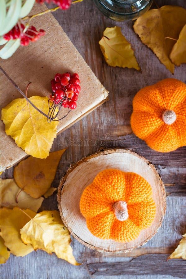 De herfststilleven met een pompoen en gevallen bladeren stock afbeeldingen