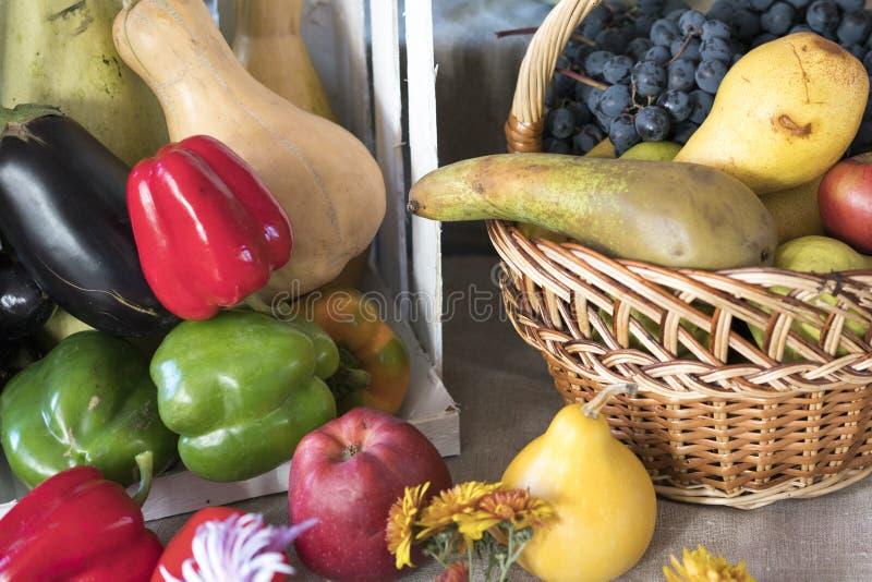 De herfststilleven met pompoenen, appelen, graan De herfstpanorama met vruchten en groenten royalty-vrije stock foto