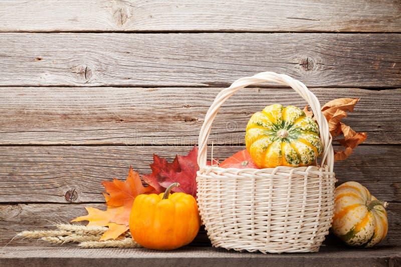 De herfststilleven met pompoenen en bladeren stock afbeelding
